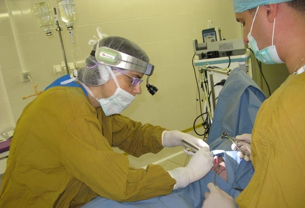 Приподнять кончик носа можно, если удалить часть хрящей и мягких тканей