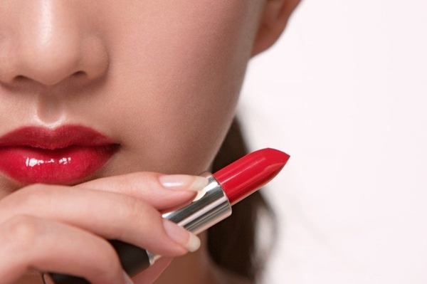 После увеличения губ нельзя сразу пользоваться декоративной косметикой